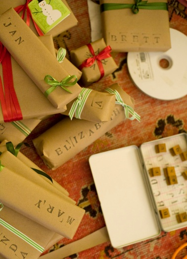 rubber-stamp-gift-wrapping